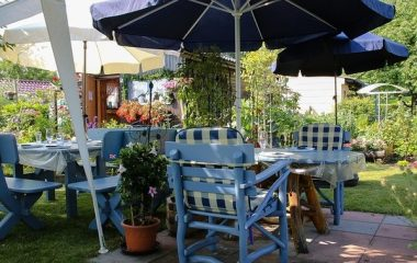 ריהוט גן מעץ להשלמת המראה של מטבח גינה