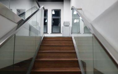 מעקה זכוכית למדרגות מרשימות בבית ובעסק