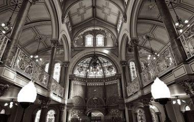 ויטראז'ים לעיצוב מפואר של בית הכנסת