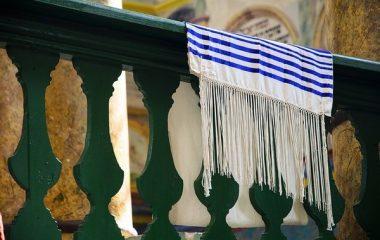אילו אביזרים חובה להחזיק בכל בית כנסת?