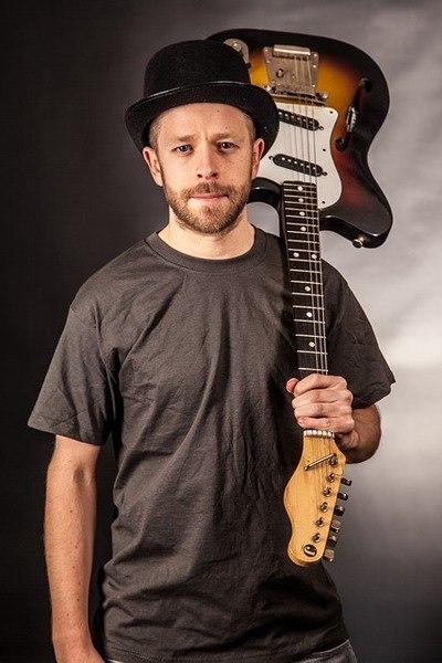 איך יותר נכון לנגן על גיטרה עם מפרט או עם אצבעות?